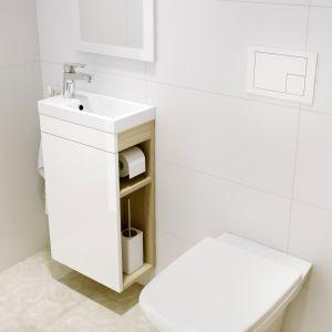 Szafka podumywalkowa z serii Smart ze zintegrowanym schowkiem na szczotkę w.c. i uchwytem na papier toaletowy to kompaktowe rozwiązanie do małych łazienek. Fot. Cersanit
