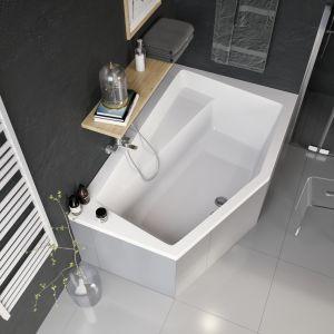 Narożna wanna Vesper z szerszym rantem mogącym pełnić funkcję półki sprawdzi się w małej łazience. Fot. Excellent