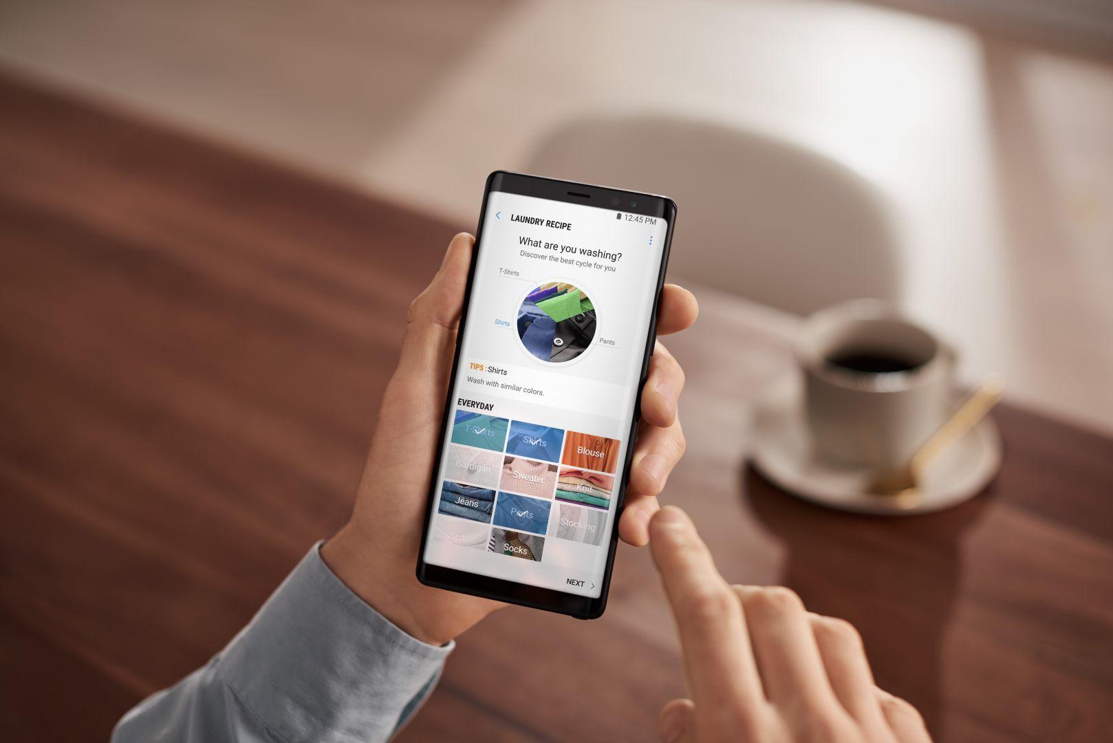 Dzięki aplikacji mobilnej z pozycji smartfonu możemy śledzić przebieg cyklu, włączyć, wstrzymać lub wyłączyć pranie, a także otrzymywać powiadomienia, ile czasu zostało do jego zakończenia. Fot. Samsung