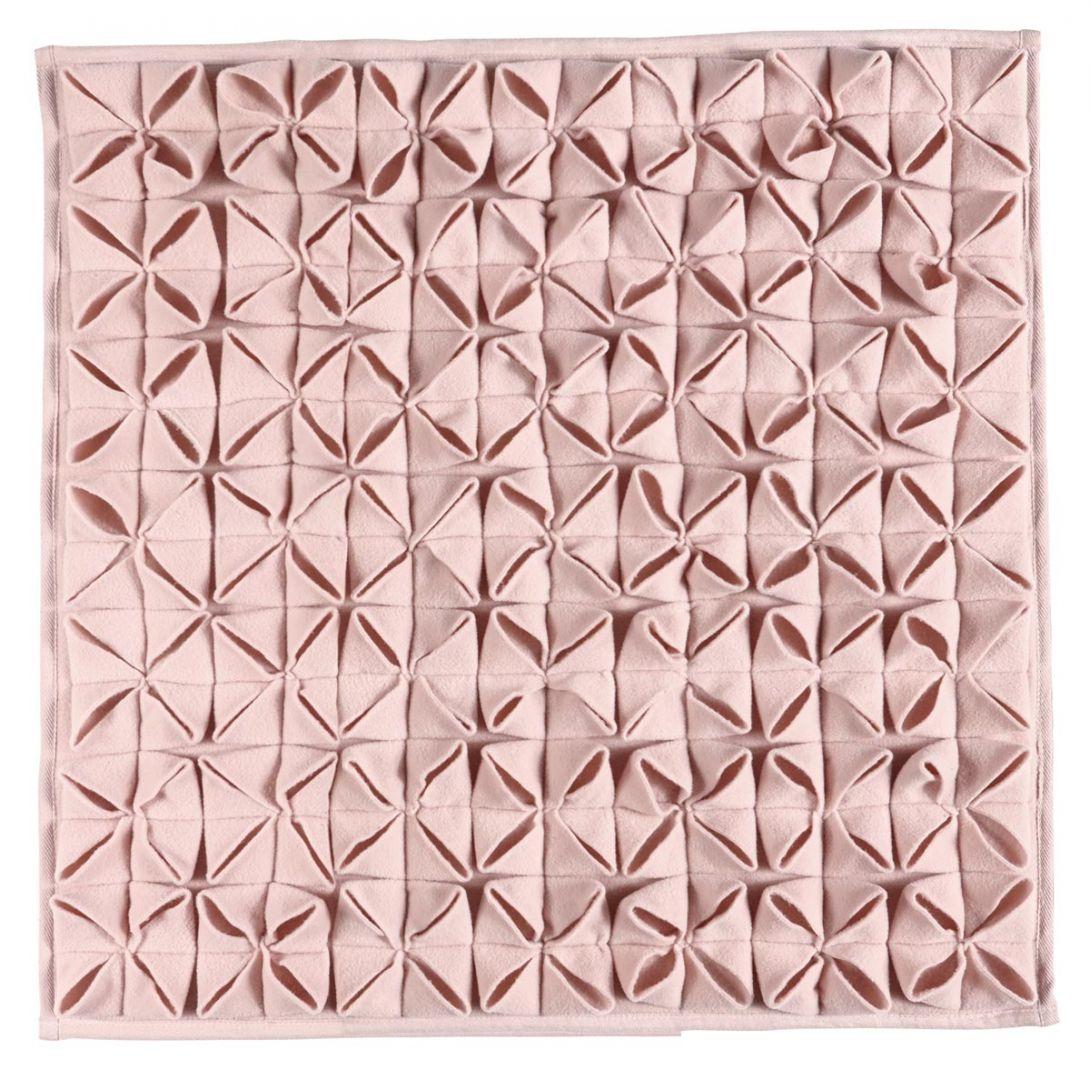 Jasnoróżowy dywanik łazienkowy Origami o wzornictwie inspirowanych japońską sztuką składania papieru; 60x60 cm.159 zł. Fot. Aquanova/Czerwonamaszyna.pl