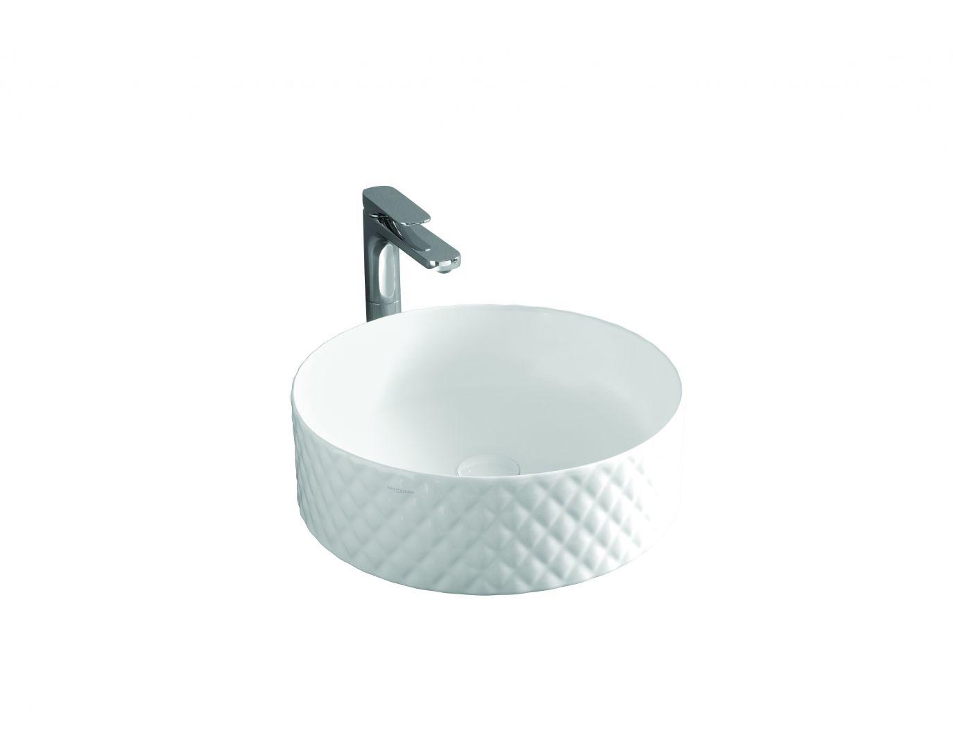 Ceramiczna umywalka nablatowa Rombo o cienkim rancie, z efektowną, romboidalną fakturą 3D przywodzącą na myśl eleganckie pikowania. Fot. Artceram