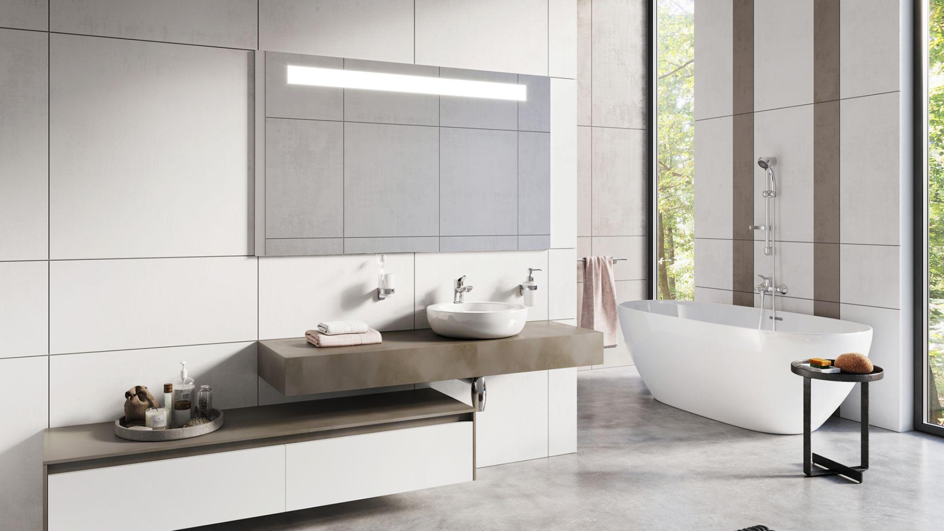 Aranżacja jasnej łazienki z baterią stojącą umywalkową oraz ścienną wannową z serii Stillo. Fot. Ferro