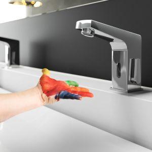 Sensorowa bateria umywalkowa z oferty marki Deante pozwala zaoszczędzić wodę dzięki uruchamianiu strumienia tylko wówczas, gdy fotokomórka wykryje obecność dłoni lub przedmiotu. Fot. Deante