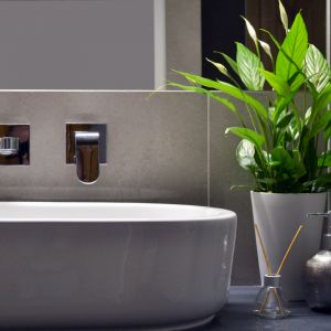 Właścicielka to osoba z dobrym gustem, znająca nowe trendy w projektowaniu. Najważniejsze warunki, jakie były do spełnienia to zaprojektowanie łazienki prostej, nowoczesnej i łatwej w utrzymaniu czystości. Fot. Tworzywo Studio
