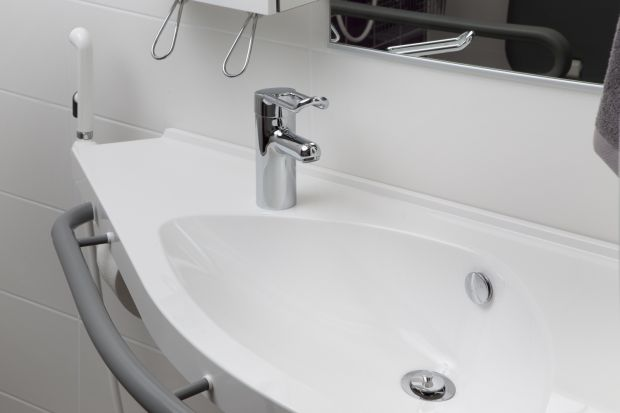 Urządzając łazienkę dla seniora lub osoby z niepełnosprawnością warto sięgnąć po specjalnie dedykowane dla takich użytkowników wyposażenie. Na przykład armaturę łazienkową.