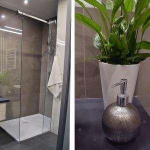 Dla wygody i bezpieczeństwa wykorzystano duży, płaski brodzik z konglomeratu i otwarte szklane ścianki prysznicowe. Fot. Tworzywo Stu