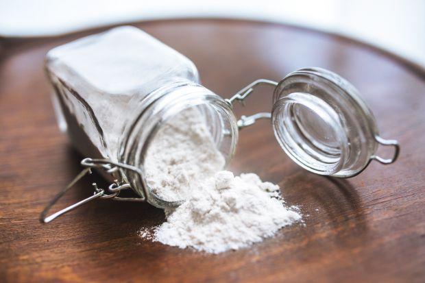 Okres przedświąteczny to czas wzmożonych porządków w domu. Popularne detergenty w wielu pracach możemy zastąpić produktami spożywczymi, np. sodą oczyszczoną.