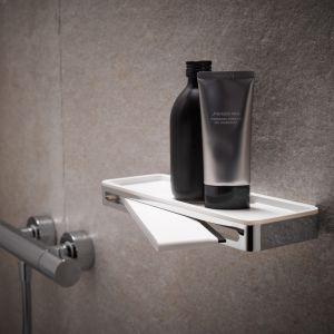 PLAN – półka pod prysznic z serii Plan w kolorze szaroczarnym, jasnoszarym lub białym;  zintegrowana z chowanym w niej ściągaczem do czyszczenia szklanych ścianek kabiny. Fot. Keuco