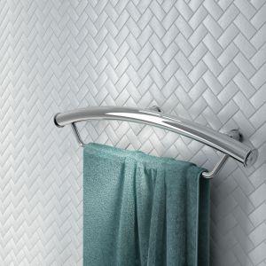 VITAL – stabilna poręcz ścienna służąca jednocześnie za wieszak na ręcznik; wytrzymała na obciążenie do 150 kg sprawdzi się w łazienkach seniorów; wykonana z wysokiej jakości polerowanej stali. Fot. Deante