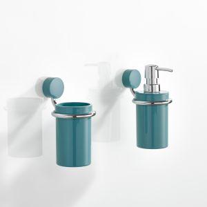 815 – akcesoria łazienkowe z serii o prostej formie w kształcie rurek, z elementem mocującym w kształcie koła z poliamidu; wkłady z kolorowego poliamidu lub satynowego szkła kryształowego. Fot. Hewi