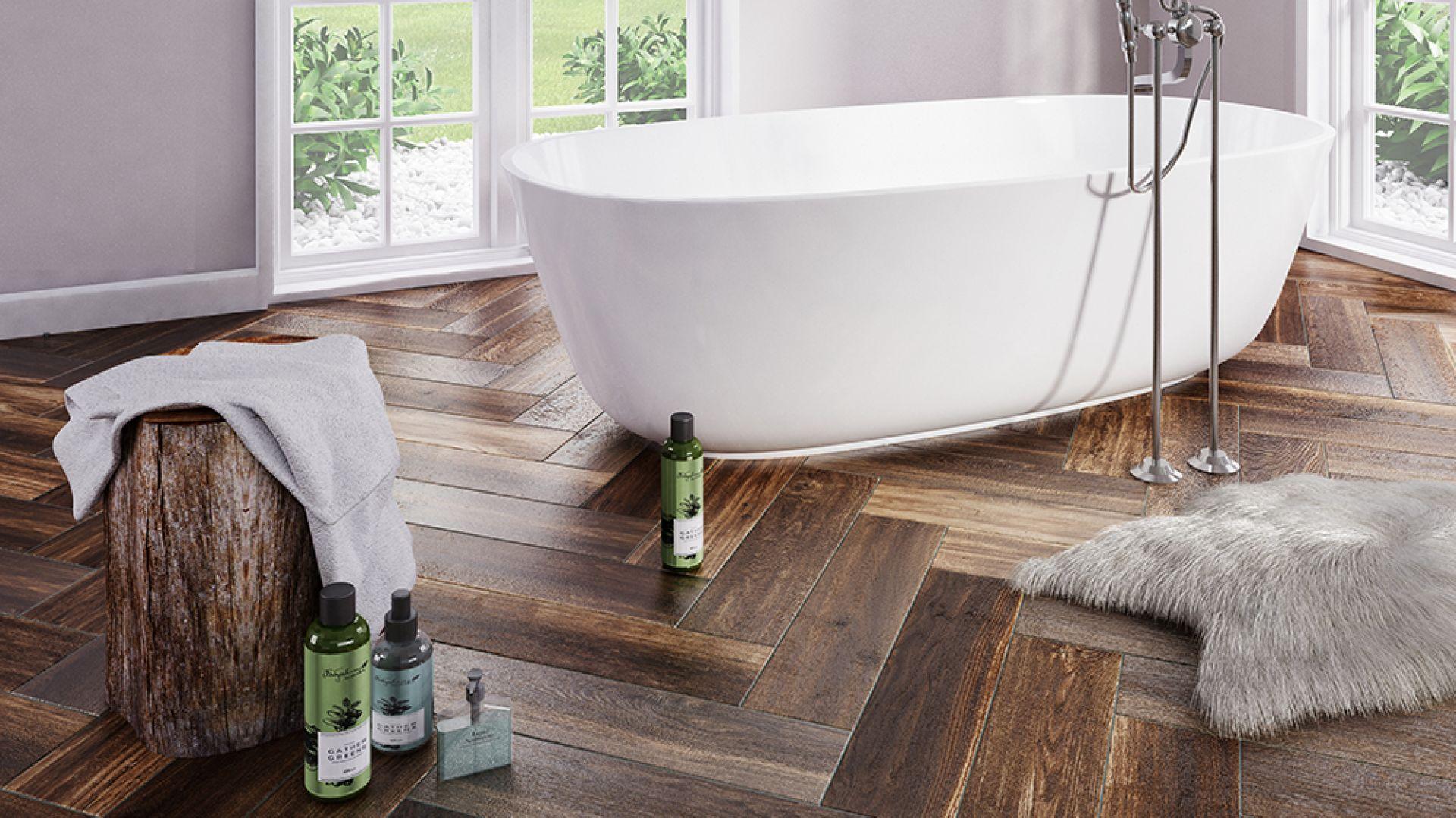Płytki ceramiczne imitujące drewno to świetny sposób na wizualne ocieplenie łazienki. Na zdjęciu płytki z kolekcji Legnoart marki Ceramica Marconi. Fot. Polcolorit
