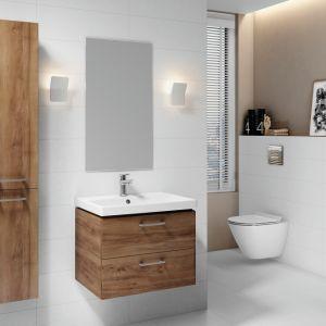 Skutecznym sposobem na wizualne ocieplenie aranżacji łazienki są meble z rysunkiem drewna. Na zdjęciu meble łazienkowe z kolekcji Lara marki Cersanit. Fot. Cersanit