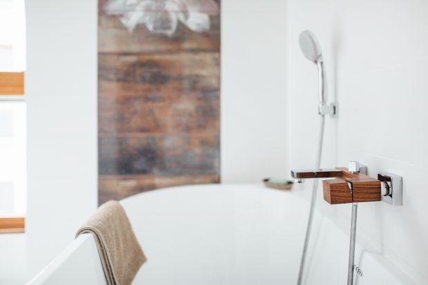 Wprowadzenie do wnętrza koloru i rysunku drewna sprawi, że wystrój nabierze przytulnego charakteru. Zobacz 3 różne sposoby jak możesz to zrobić w łazience!