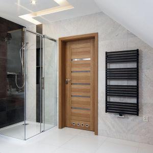 Kolory drewna w łazience. Proj. Małgorzata Mazur. Fot. Bartosz Jarosz
