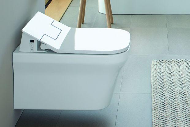 Toalety myjące, łączące w sobie funkcje dwóch różnych urządzeń – miski toaletowej oraz bidetu, to rozwiązania, które coraz częściej znajdują zastosowanie w nowoczesnych łazienkach. Dzięki bardzo prostej obsłudze są praktycznym i niezas