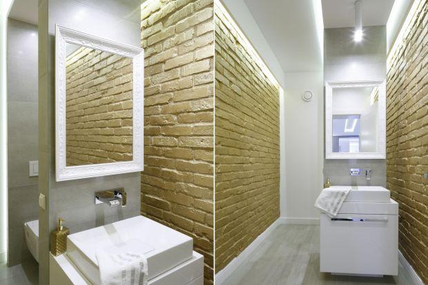 Świetnym sposobem na efektowną ścianę w łazience z charakterem jest wykończenie jej cegłą lub płytkami niczym cegiełki.
