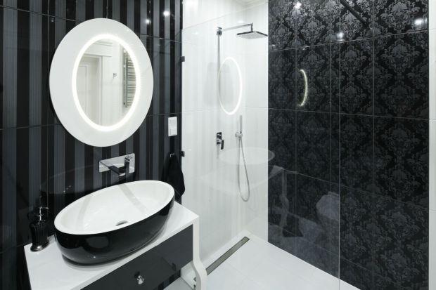 Chcąc urządzić elegancką łazienkę sięgnijmy po sprawdzone sposoby. Odrobina klasyki, naturalne materiały i połyskujące elementy sprawdzą się idealnie.