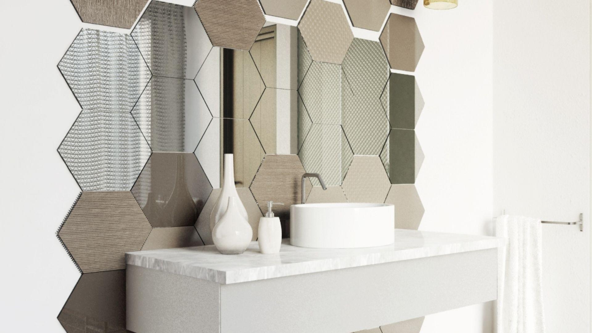 Szklane płytki z kolekcji Colorimo Hexi na ścianie w łazience. Fot. Mochnik