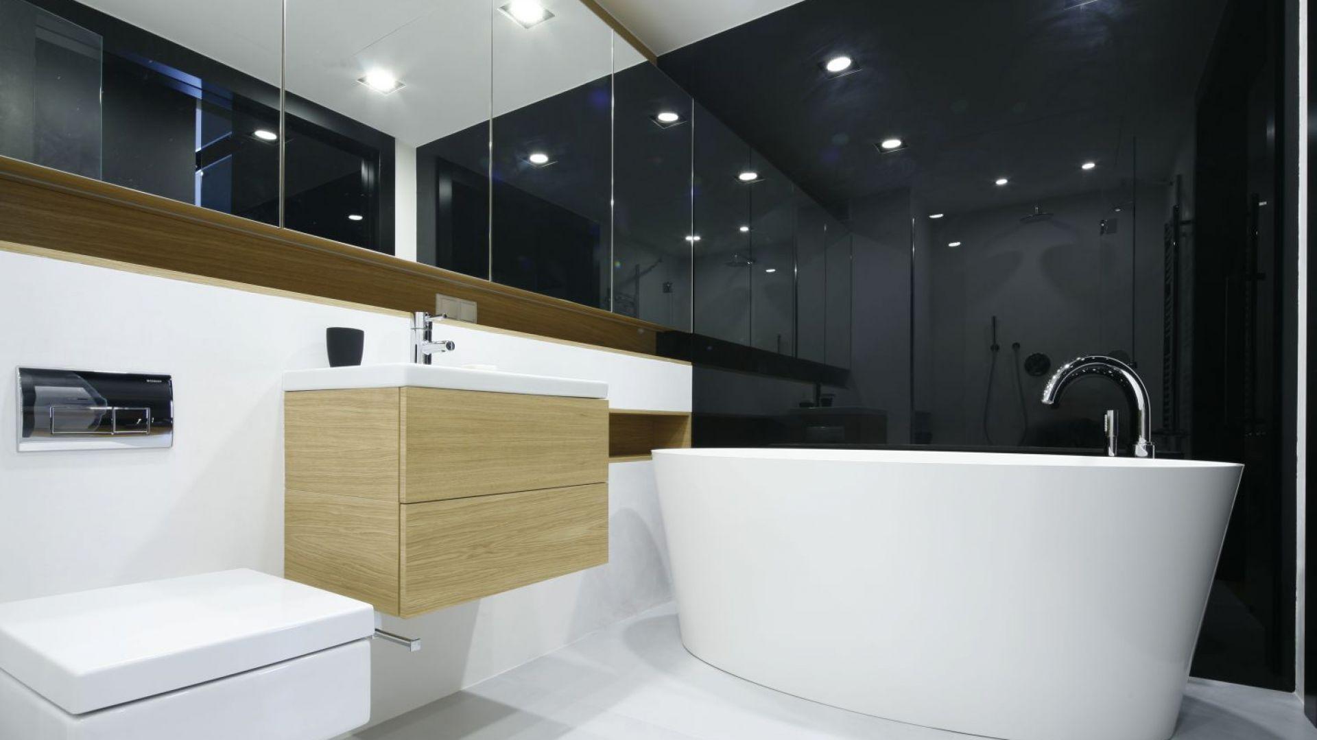 Ściana w łazience wykończono ogromną taflą szkła. Proj. Monika i Adam Bronikowscy. Fot. Bartosz Jarosz