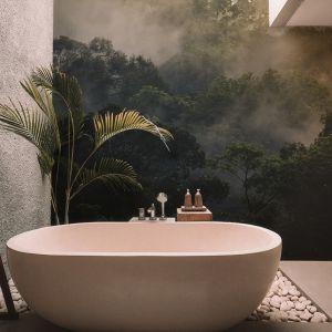 Piękna fototapeta z motywem tropikalnej dżungli zdobi ścianę w łazience. Fot. Myloveview.pl