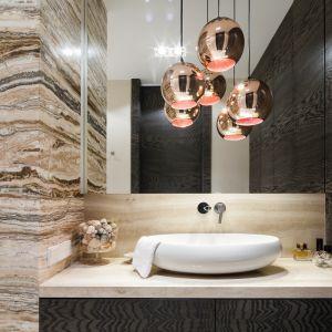 Ściany w łazience z dwoma rodzajami naturalnego kamienia - trawertynem i onyksem. Proj. Agnieszka Ludwinowska. Fot. Bartosz Jarosz