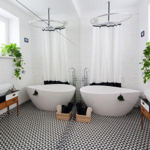 Łazienka w starej kamienicy z autentyczną cegła na ścianie pomalowaną na biały kolor. Proj. Ewelina Pik. Fot. Bartosz Jarosz