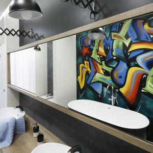Ścianę w łazience zdobi autentyczne graffiti wykonane przez grafficiarza. Proj. Dariusz Grabowski. Fot. Bartosz Jarosz