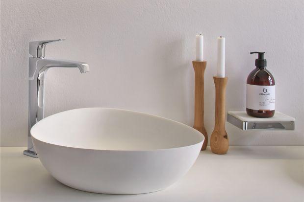 Eleganckim uzupełnieniem strefy umywalki jest umywalka stawiana na blat. Do wyboru mamy bogactwo wzorów, form i kolorów.