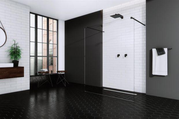 Duet czerni i bieli to uosobienie elegancji. Aby jednak dobrze wyglądał w łazience trzeba zadbać o każdy detal, w tym takie drobiazgi jak kolor profili kabin prysznicowych czy barwa zastosowanego szkła.