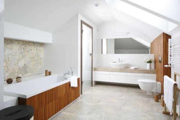 Jak efektownie wykończyć ścianę nad wanną w łazience? Zobaczcie pomysły z polskich domów.