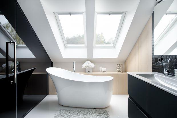 Czerń i biel to kolorystyczny duet, który niemal gwarantuje elegancję i ponadczasowość wnętrza. Zobaczcie, jak prezentuje się w łazienkach.