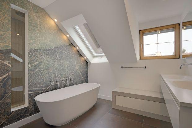 Właściciele tradycyjnego domu jednorodzinnego spędzili dużo czasu na szukaniu pomysłów i rozwiązań, aby przekształcić łazienkę mieszczącą się pod spadzistym dachem i pamiętającą lepsze czasy. Zobaczcie jak przemienili ją w piękne domow