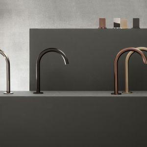 Wysoki kunszt dmuchanego szkła Murano połączony z geometryczną precyzją tworzą nową linię baterii Venezia zaprojektowaną przez Matteo Thuna i Antonio Rodrigueza dla marki Fantini Rubinetti. Baterie dostępne są w różnych wykończeniach i z dwoma rodzajami uchwytów. Fot. Fantini