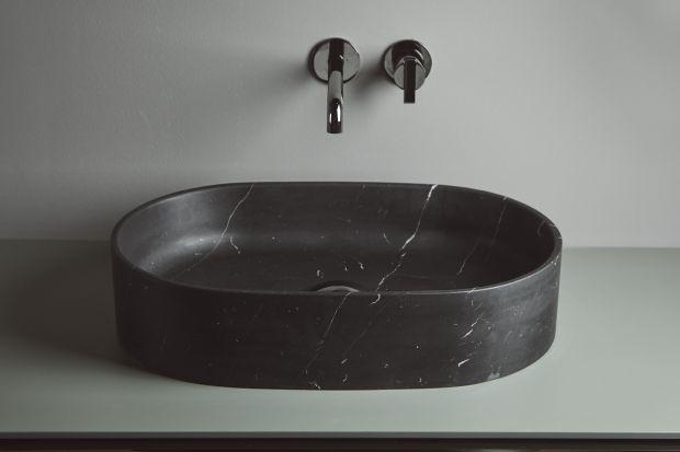 W tym sezonie bardzo modnym materiałem do łazienek jest marmur. Dziś prezentujemy Wam trzy różne umywalki wykonane z czarnego marmuru.