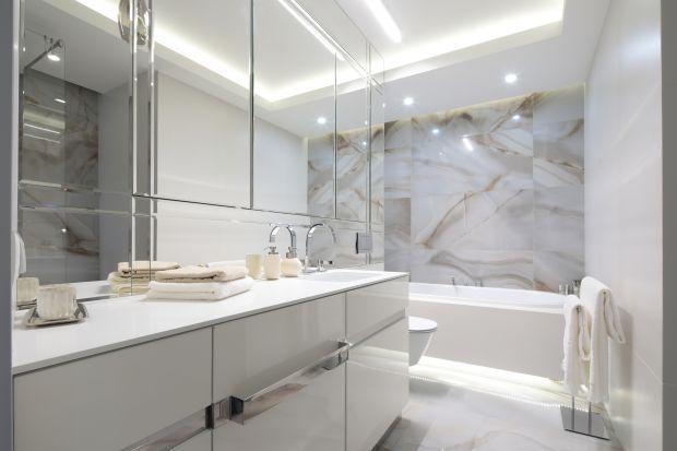 Chcąc powiększyć optycznie łazienkę do dyspozycji mamy wiele różnych trików. Jednym z praktyczniejszych rozwiązań są szafki lustrzane.