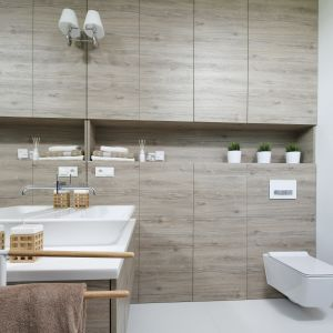Przytulna łazienka ocieplona rysunkiem drewna. Proj. Ewelina Pik, Maria Biegańska. Fot. Bartosz Jarosz
