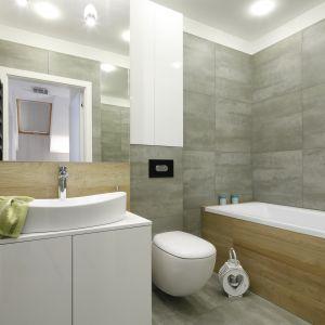 Przytulna łazienka ocieplona rysunkiem drewna. Proj. Katarzyna Uszok. Fot. Bartosz Jarosz