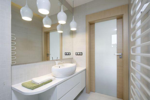 Jak urządzić przytulną łazienkę? Ciepłą, domową atmosferę pomoże zbudować rysunek drewna - czy to w formie naturalnego materiału, czy też jego imitacji.