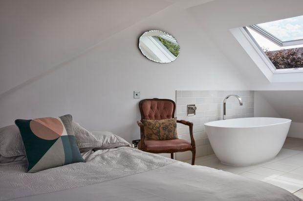 Przebudowa tego domu pokazuje, jak sprawić, by luksusowo zamieszkać w mniejszej przestrzeni. W starej kamienicy po remonciestworzono dwie piękne i eleganckie łazienki.