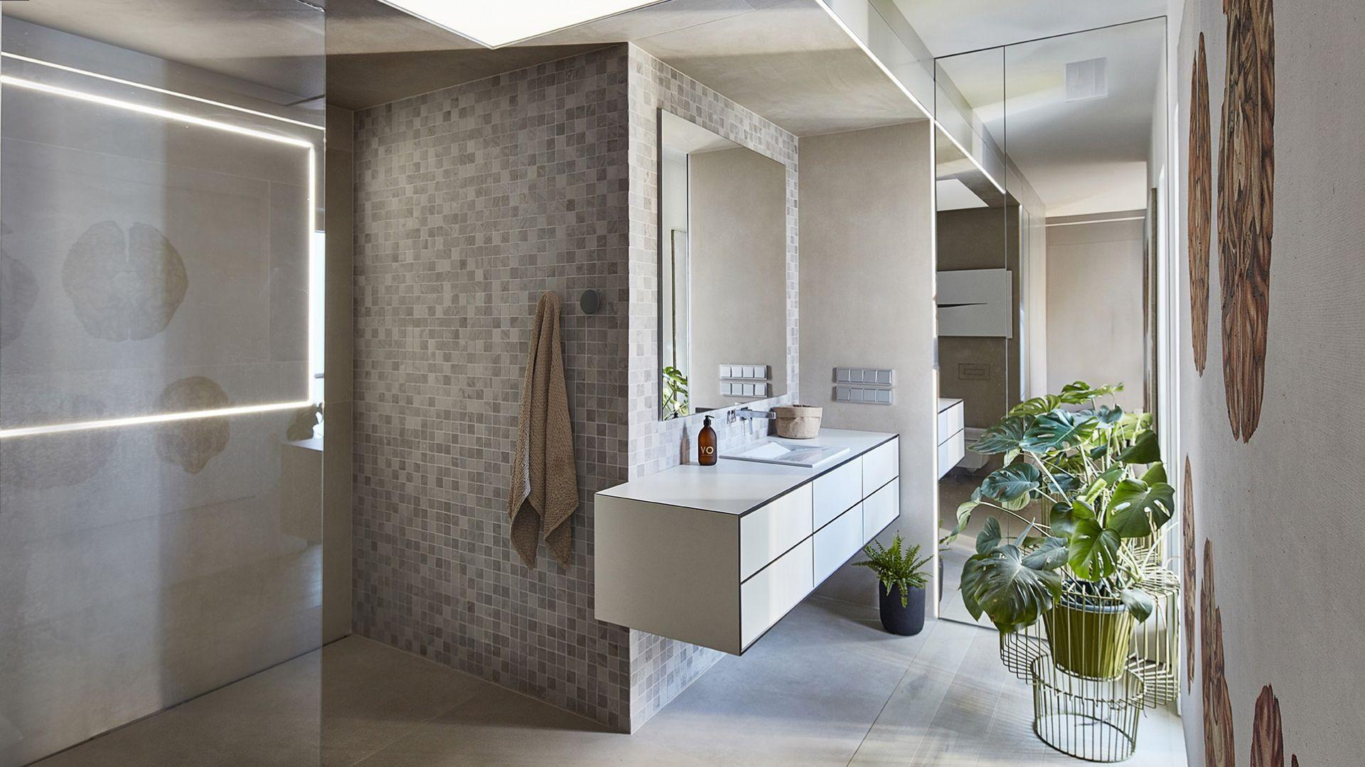 Łazienka połączona z sypialnią jest bardzo przestronna. Wyposażenie, czyli sanitariaty i kabina prysznicowa z odpływem w posadzce, znajdują się tylko po jednej stronie. Fot. 81.WAW.PL