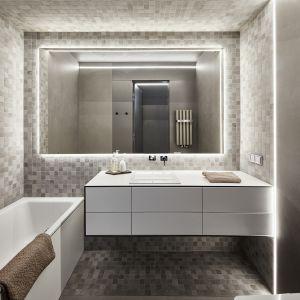Druga łazienka została zaprojektowana w tej samej kolorystyce, a główne oświetlenie stanowią LED-owe pasy wokół lustra, na ścianach i suficie. Fot. 81.WAW.PL