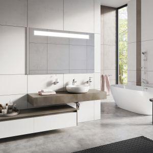 Biała łazienka z bateriami  z serii Stillo. Fot. Ferro
