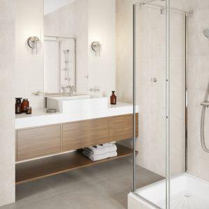 Biała łazienka z baterią umywalkową Ancona oraz baterią natryskową termostatyczną ścienną Trinity. Fot. Ferro