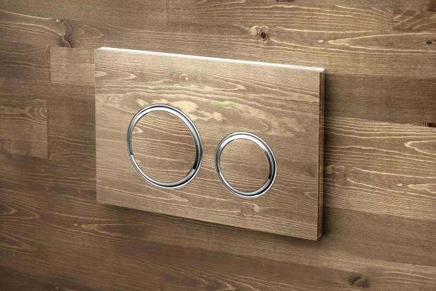 Czasami niewielki detal potrafi odmienić charakter całego wnętrza. W łazience rolę takiego akcentu może pełnić np. przycisk spłukujący.