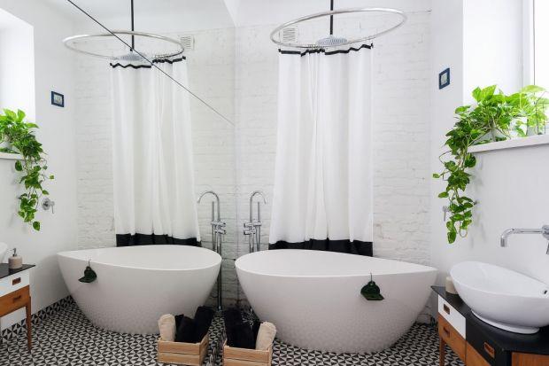 Klimatyczny nastrój w łazience zbuduje cegła na ścianie. Zobaczcie jak się prezentuje w różnych aranżacjach.