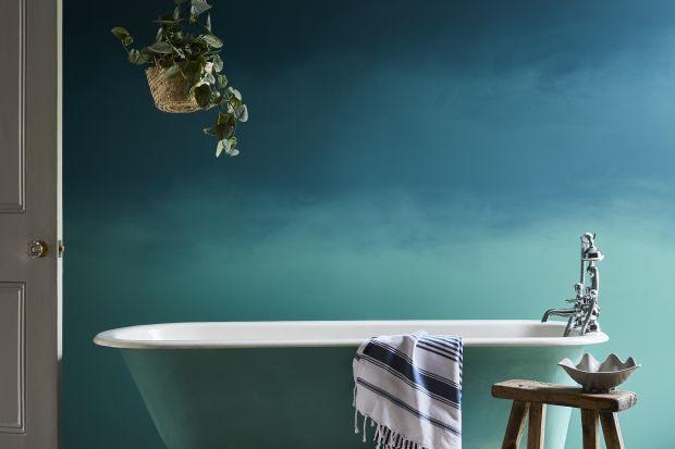 Styl ombre polegający na cieniowaniu powierzchni jest modny od kilku sezonów - zarówno w aranżacji wnętrz, jak i np. farbowaniu włosów. Dziś piszemy jak wprowadzić go do łazienki, wykorzystując farby.