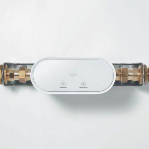 Urządzenie Grohe Guard śledzi zużycie wody i wykrywa małe przecieki, a w przypadku pękniętej rury automatycznie odcina dopływ wody. Fot. Grohe