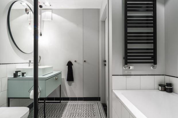 Urządzona w stylu skandynawskim łazienka uwodzi spokojnym chłodem i prostotą form. Nie jest jednak pozbawiona charakteru – ostry pazur nadają jej czarne detale w industrialnym klimacie.