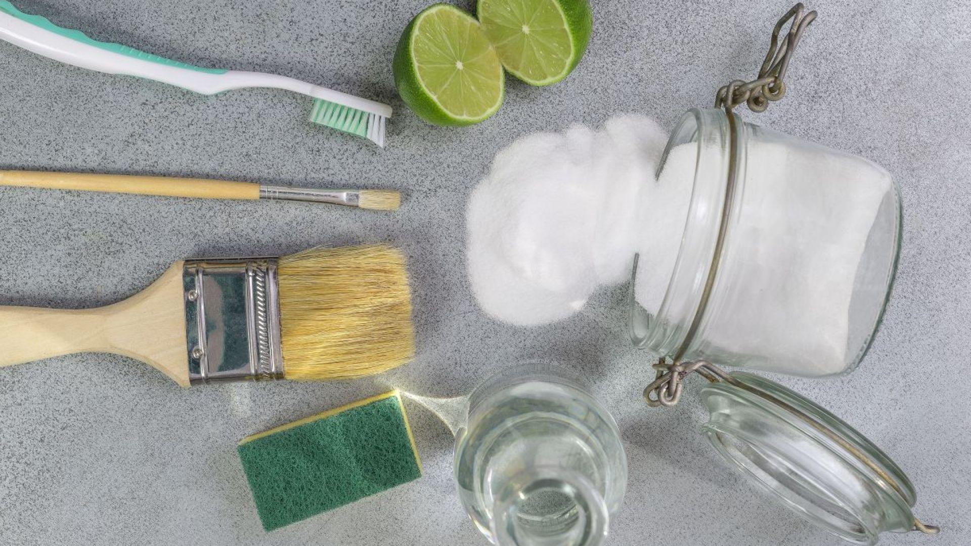 Szczoteczka do zębów, soda oczyszczona, sok z limonki - te przedmioty idealnie sprawdzą się podczas domowych porządków. Fot. Materiały prasowe Worwo