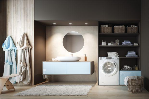 Łazienki w wielu polskich mieszkaniach są bardzo małe, a najczęściej to właśnie tutaj umieszczamy sprzęt AGD. Aby zaoszczędzić przestrzeń warto pralkę i suszarkę zastąpić jednym urządzeniem łączącym funkcje obydwu.